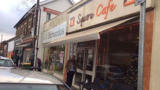 Graham Short en la entrada del café de Gales donde dejó el segundo de los billetes.