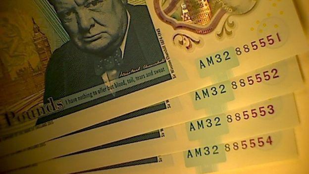 Ya se conoce que los números de serie de los billetes son: AM32 885551 (encontrado en la tarjeta de Navidad), AM32 885552, AM32 885553 (encontrado en el sur de Gales) y AM32 885554. Este dato hace más fácil su identificación.