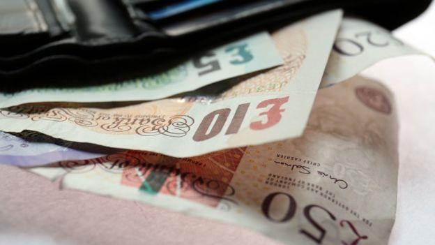 Escribir o dibujar en los billetes es ilegal en Reino Unido.