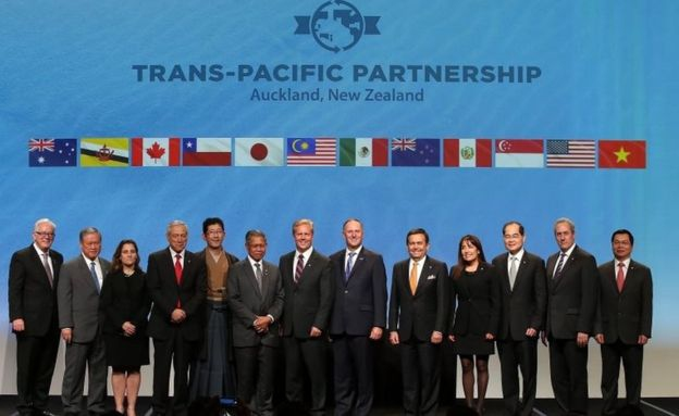 Los ministros de los 12 países que firmaron el TPP en febrero de 2016.Derechos de autor de la imagenGETTY IMAGES Image caption El TPP nació tras varios años de negociaciones.