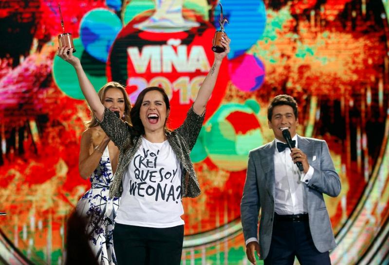Natalia Valdebenito en el escenario de Viña 2016 junto a los animadores