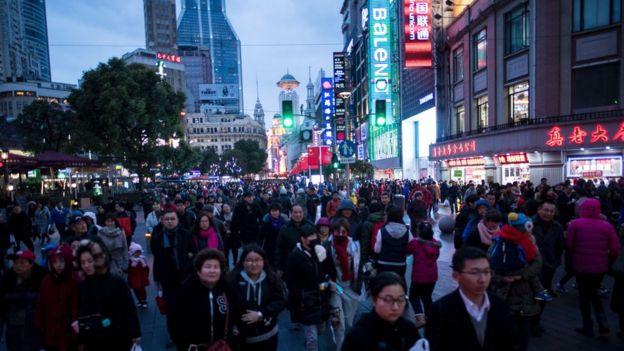 El ritmo frenético de las ciudades chinas revela su actividad económica incesante.