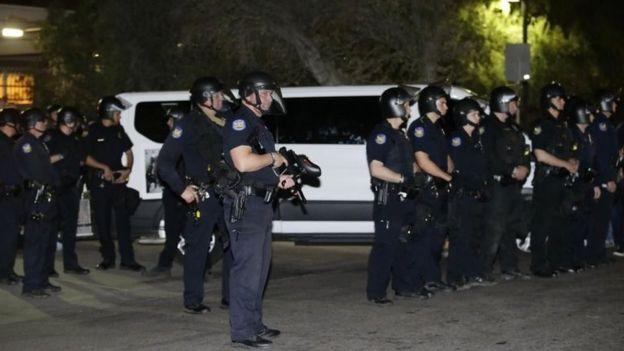 La policía fue desplegada para controlar a los manifestantes que intentaron bloquear el vehículo que transportaba a García de Rayos en Phoenix, Arizona.