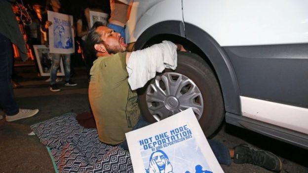 Un manifestante se encadenó a la camioneta que se cree transportaba a García de Rayos.