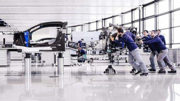 La fabricación de cada vehículo requiere 20 personas y 6 meses.
