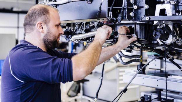 No existe cadena de montaje. Los equipos se estructuran en 12 estaciones de producción.