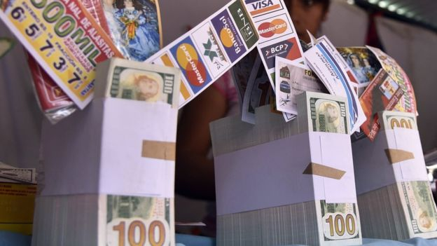 DolarDerechos de autor de la imagenAFP Image caption La política monetaria estadounidense puede tener un impacto muy grande en América Latina.
