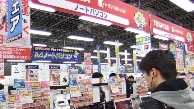 ToshibaDerechos de autor de la imagenAFP Image caption Toshiba es también un importante fabricante de chips.