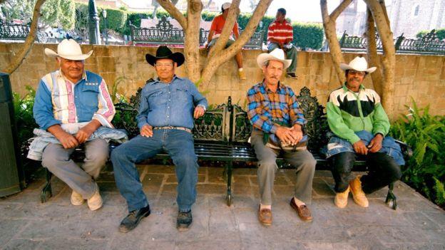 Mexicanos vistiendo jeans. Image caption Los jeans abundan tanto en los armarios de los estadounidenses como de los mexicanos.