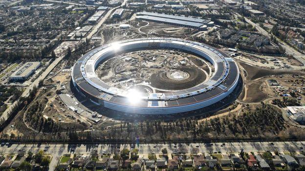 El complejo albergará a más de 12.000 empleados. El proceso de mudanza para trasladarlos desde su sede actual, One Infinite Loop (también en Cupertino) a las nuevas oficinas requerirá unos seis meses.