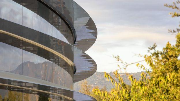 En honor a la memoria de Jobs, uno de los edificios clave del complejo arquitectónico llevará su nombre: el teatro de conferencias, un auditorio cilíndrico de vidrio de seis metros de altura situado en lo alto de una colina -uno de los puntos más altos de