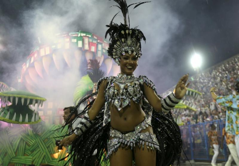 Decenas de garotas desfilaron por el Sambódromo al ritmo de la samba.