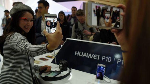 Asistentes a la feria prueban el nuevo Huawei P10Derechos de autor de la imagenGETTY IMAGES Image caption El nuevo terminal de Huawei cuenta con doble cámara Leica y es capaz de grabar video en 4K.