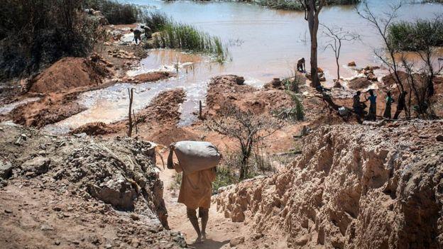 Entre el 50% y el 60% del cobalto sale de las minas de la República Democrática del Congo, donde muchas veces se emplea mano de obra infantil.