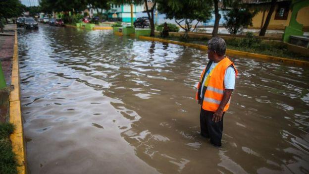 Las lluvias inundaron muchas calles de Sullana, una ciudad de la región Piura, en el norte de Perú (foto del 23 de febrero).