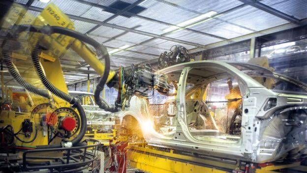 Los robots son reyes en la industria automotriz...