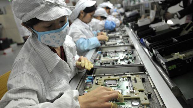 Foxconn, el fabricante chino de Apple, anunció que reemplazará a miles de trabajadores con autómatas.