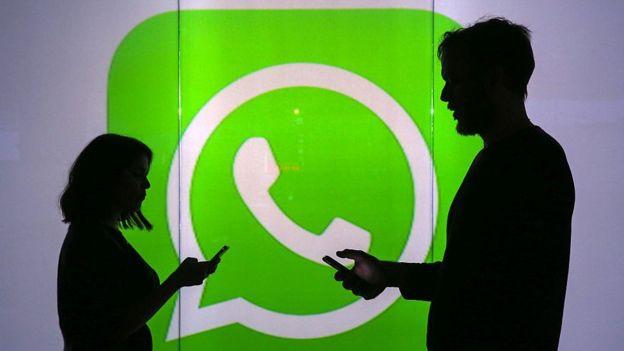 Si tus contactos no aparecen puede deberse a que tu agenda no esté sincronizada en el teléfono.