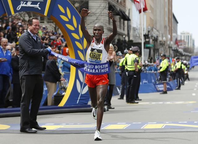 Kenia gana el Maratón de Boston en varones y mujeres