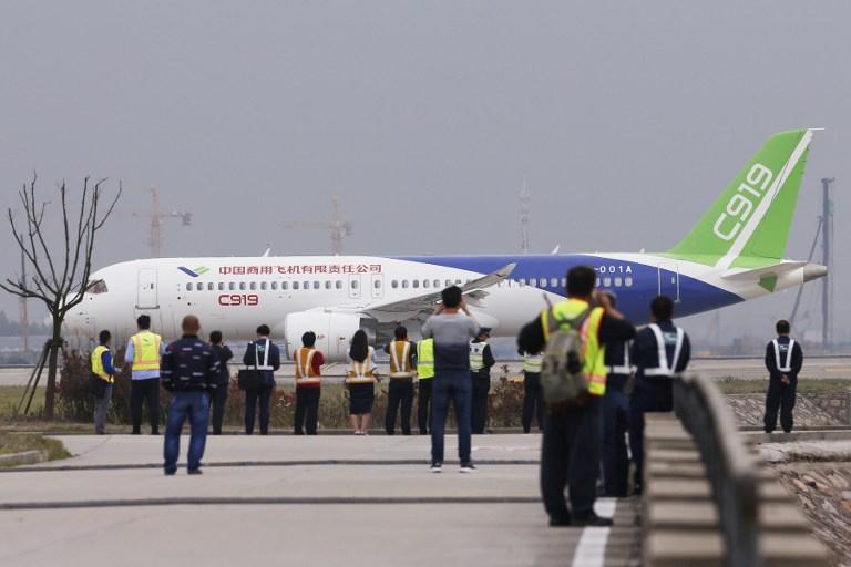 Con vuelo inaugural, China entra a competencia aeronáutica con Boeing y Airbus