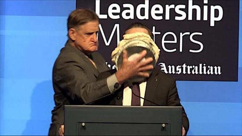 Tony Overheu (67) ataca con una tarta al ejecutivo de Qantas.