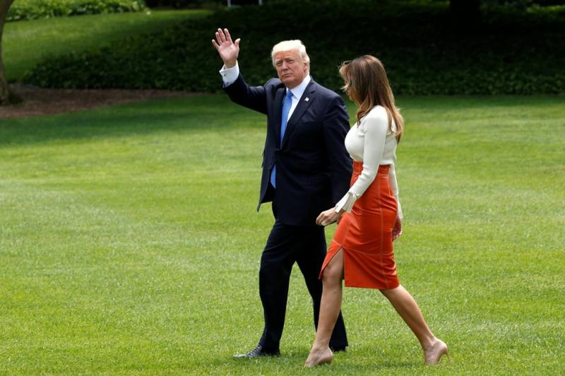 Donald Trump y su esposa Melania dejan la Casa Blanca rumbo al aeropuerto de Washington.