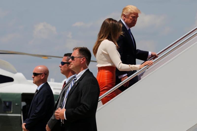 El mandatario y la primera dama abordan el avión presidencial Air Force One.