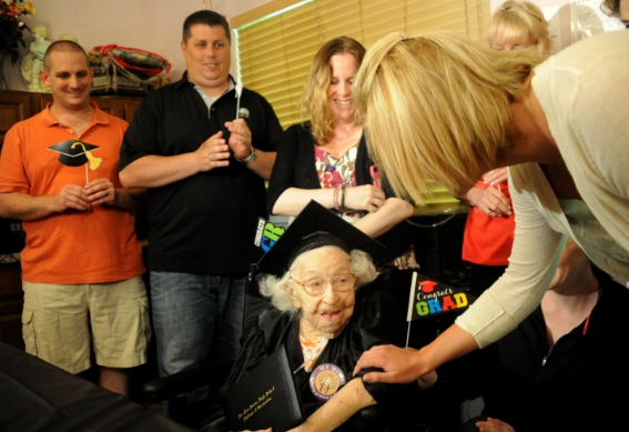Nunca es tarde: Mujer de 105 años logró terminar el bachillerato