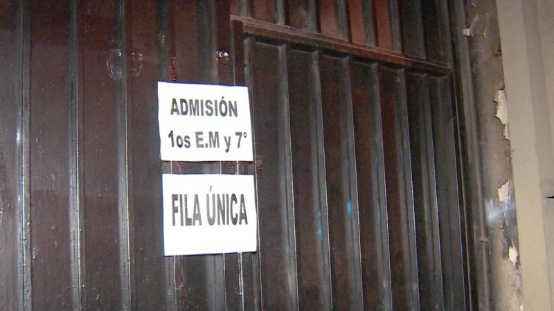 Padres hicieron largas filas para obtener matrícula en Colegio Salesianos de Alameda