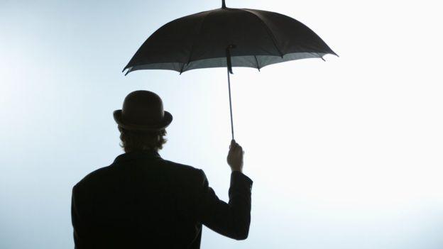 ¿Te atreves a abrir un paraguas dentro de tu casa?