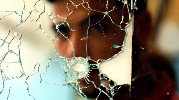 Espejo rotoDerechos de autor de la imagenGETTY IMAGES Image caption Un espejo roto y la mala suerte irían de la mano.