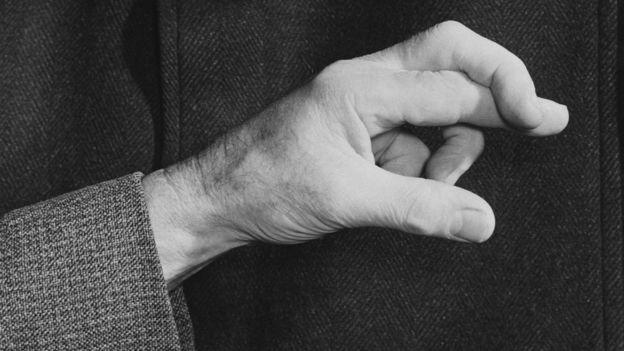 Cruzar los dedos tiene más de un propósito.