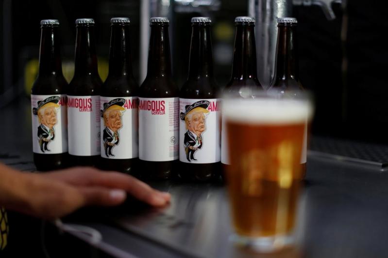 (Vídeo) Una cerveza viste a Trump de mariachi