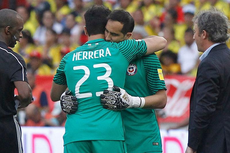 """Chile - Camerún: el tercer partido oficial de Johnny Herrera en el arco de """"La Roja"""""""