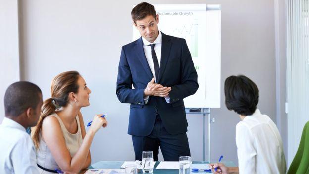 Algunos expertos creen que todo el mundo pude aprender a hablar en público.