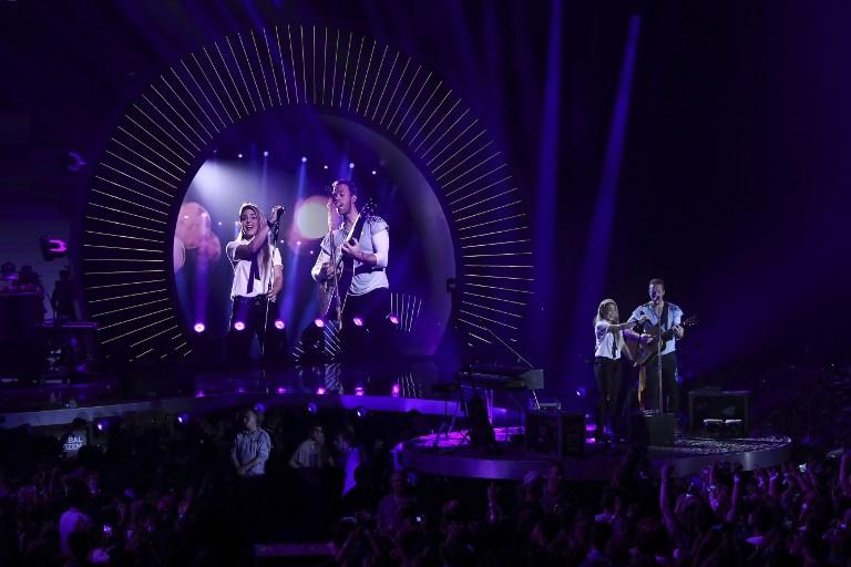 Shakira y Coldplay cantan juntos Yellow y Chantaje