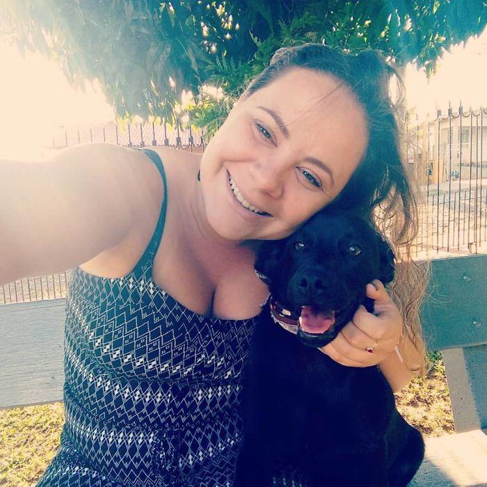 Perrita compartió su cobija con can que estaba en la calle