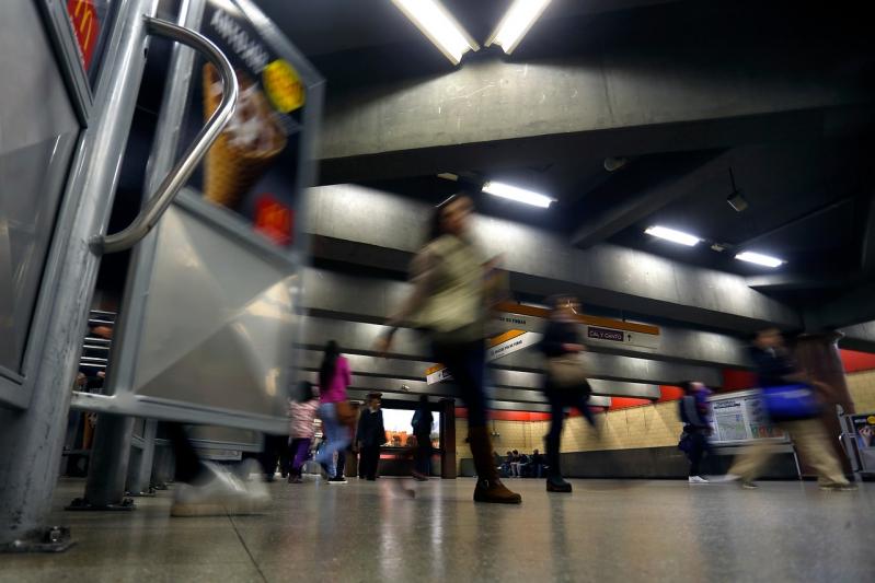 Molestia entre adultos mayores por límite de viajes semanales en Metro