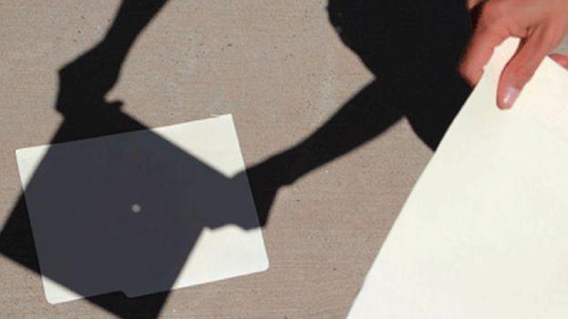 También puede observarse el eclipse con un pedazo de cartón al que se hace un agujerito con un alfiler. Luego se pone al cartón contra el Sol, pero no hay que mirarlo directamente, sino ver la luz proyectada en una pared o en el suelo.