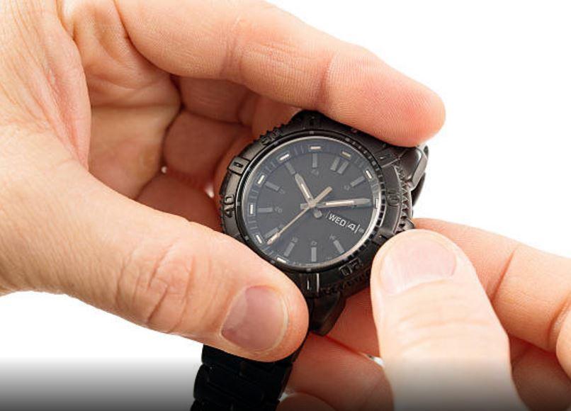 A las 00.00 horas debes realizar el ajuste de la hora.