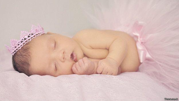 Los recién nacidos son las personas que más horas necesitan dormir.