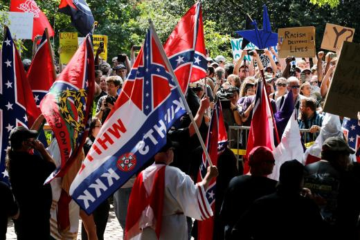 Miembros del Ku Klux Klan portando banderas Confederadas- Julio de 2017