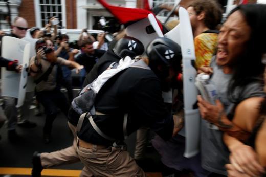 Ultranacionalistas con escudos contra protestantes abolicionistas