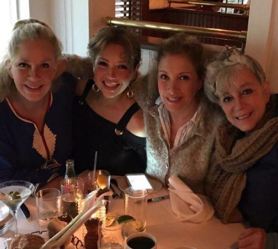 Thalía inicia los festejos de cumple junto a sus hermanas