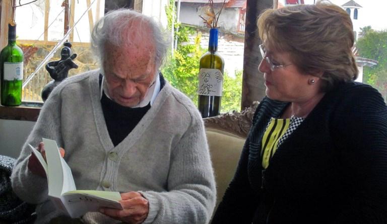 Nicanor Parra junto a Michelle Bachelet para su cumpleaños número 100