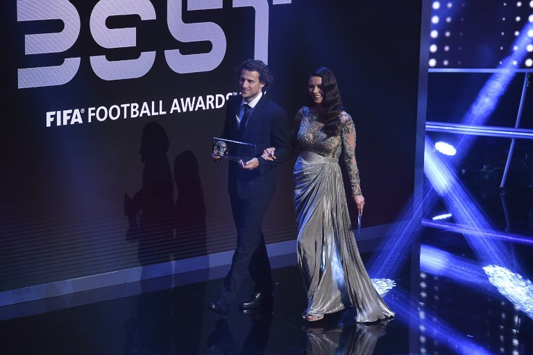 Catherine Zeta Jones junto al futbolista uruguayo Diego Forlán