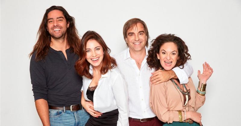 """Luciano Cruz-Coke junto al elenco de la obra """"Los vecinos de arriba"""""""