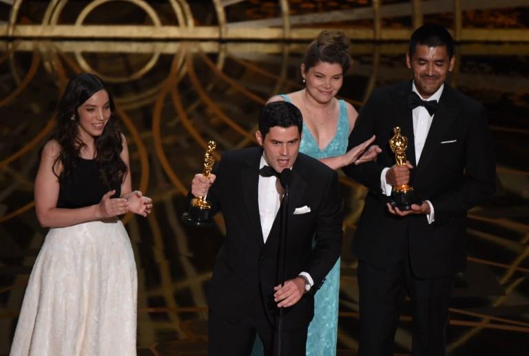 """Gabriel Osorio y Patricio Escala recibiendo el Oscar en 2016 por """"Historia de un oso"""""""
