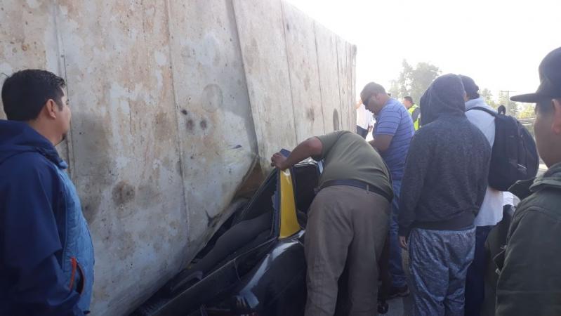 Taxista quedó atrapado tras caída de container desde camión en Américo Vespucio
