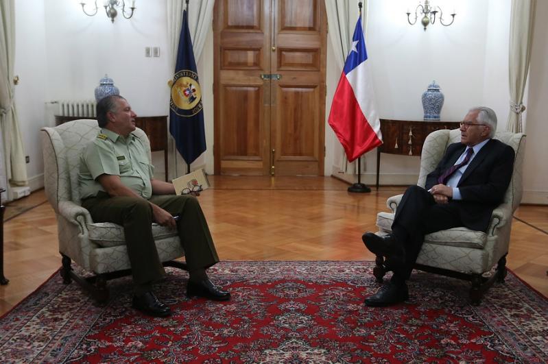 No saca a Villalobos de dirección de Carabineros — Bachelet en otra